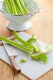 Varas de aipo verdes na tabela de cozinha Fotos de Stock Royalty Free