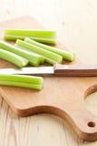 Varas de aipo verdes na tabela de cozinha Foto de Stock Royalty Free
