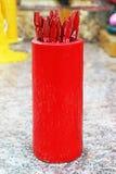 Varas de bambu vermelhas chinesas da fortuna com números fotografia de stock