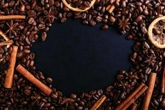 Varas de canela, anis de estrela, feijões de café e laranja secada na mesa de cozinha Especiarias perfumadas para a bebida do caf fotos de stock