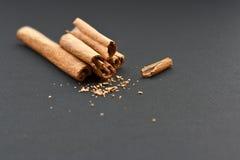 Varas de canela e canela à terra Foto de Stock Royalty Free