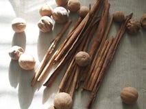 Varas de canela e limões secos na lona grosseira de pano Fotos de Stock Royalty Free