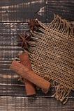 Varas de canela em um fundo de madeira velho Fotos de Stock