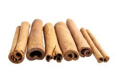 Varas de canela isoladas no fundo branco imagem de stock