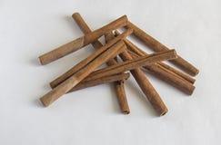 Varas de canela no fundo branco Sabor da canela imagem de stock royalty free