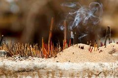 Varas de Joss fumarentos em um templo budista fotos de stock royalty free