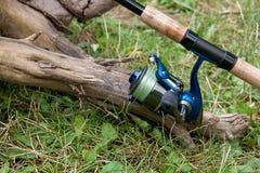 Varas de pesca com os carretéis no fundo natural Foto de Stock Royalty Free