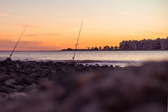 Varas de pesca com por do sol foto de stock royalty free