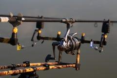 Varas de pesca e carretéis fotografia de stock