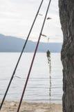 Varas de pesca e lago da montanha Foto de Stock
