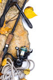 Varas de pesca em pedras com âncora e folhas Foto de Stock