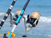 Varas de pesca na praia Foto de Stock