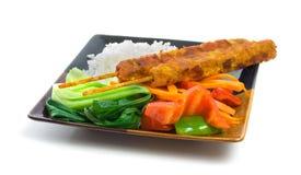 Varas de Satay da galinha com vegetais e arroz Fotos de Stock Royalty Free