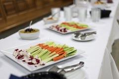 Varas do aipo e de cenoura da mistura da salada do vegetariano no jantar healty da tabela branca Foto de Stock Royalty Free