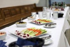 Varas do aipo e de cenoura da mistura da salada do vegetariano no jantar healty da tabela branca Imagens de Stock Royalty Free