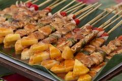 Varas do assado da carne de porco com tomate, abacaxi Imagens de Stock