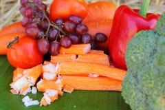 Varas do caranguejo com frutas e legumes Fotos de Stock