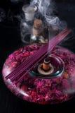 Varas do incenso e óleos essenciais Aromatherapy e termas Fotografia de Stock