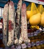 Varas do salame em um mercado foto de stock