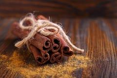 Varas e pó da canela, anis, cana-de-açúcar Imagem de Stock Royalty Free