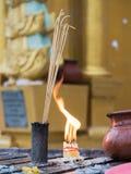 Varas e velas de Joss no pagode de Shwedagon Foto de Stock