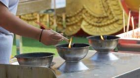 Varas leves do incenso dos povos com fumo no templo budista tailândia Pattaya video estoque