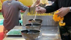 Varas leves do incenso dos povos com fumo no templo budista tailândia Pattaya filme
