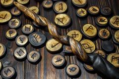 Varas m?gicas hechas en casa y runas de madera fotos de archivo