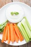 Varas vegetais Aipo e cenoura frescos com molho do iogurte Imagem de Stock Royalty Free