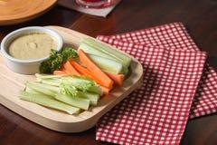 Varas vegetais Aipo e cenoura frescos, pepino com molho Imagens de Stock
