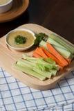 Varas vegetais Aipo e cenoura frescos, pepino com molho Imagem de Stock