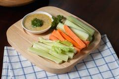 Varas vegetais Aipo e cenoura frescos, pepino com molho Foto de Stock