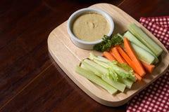 Varas vegetais Aipo e cenoura frescos, pepino com molho Fotos de Stock Royalty Free