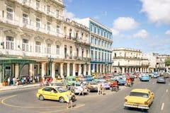 Vardagsliv med turister lokaler i Havana Cuba Arkivfoton