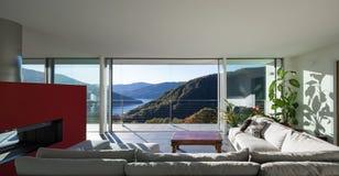 Vardagsrum av det lyxiga huset fotografering för bildbyråer