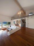 Vardagsrum av en vind arkivfoto