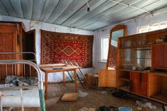 Vardagsrum av ett övergett hus i norr Ossetia Ryssland fotografering för bildbyråer