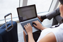 Vardagsrum för avvikelse för affärskvinnaUsing Laptop In flygplats royaltyfri foto