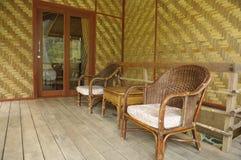 Vardagsrum för bambu och för vide- stol arkivfoto