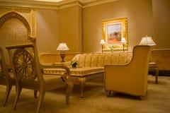 Vardagsrum för emiratslotthotell royaltyfri bild