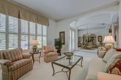 Vardagsrum för Florida lyxhem Royaltyfri Fotografi