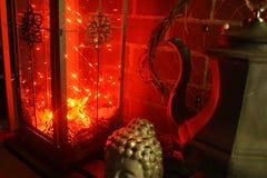 Vardagsrum för stearinljus för Boho dekorlyktor n omgivande Arkivfoto