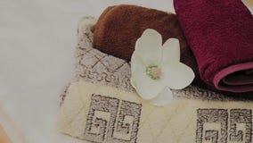 Vardagsrum för thai massage med handdukar, kuddar och blommor i tomt rum arkivfilmer