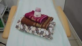 Vardagsrum f?r thai massage med handdukar, kuddar och blommor i tomt rum stock video