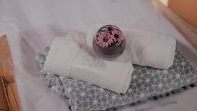 Vardagsrum f?r thai massage med handdukar, kuddar och blommor i tomt rum lager videofilmer