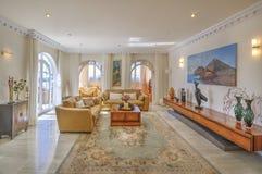 Vardagsrum i den moderna villan Arkivbild