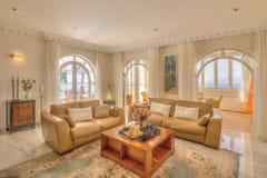 Vardagsrum i den moderna villan Royaltyfri Bild