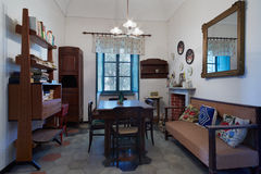 Vardagsrum i gammalt hus Arkivfoto