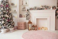 Vardagsrum i vit- och rosa färgfärger, med jul dekorerade inre Royaltyfria Foton