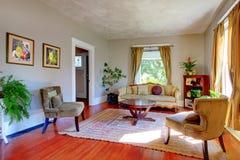 Vardagsrum med antika sofas och gråa väggar. Royaltyfria Bilder
